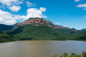 het meer bij de swadini dam met op de achtergrond de drakensbergen