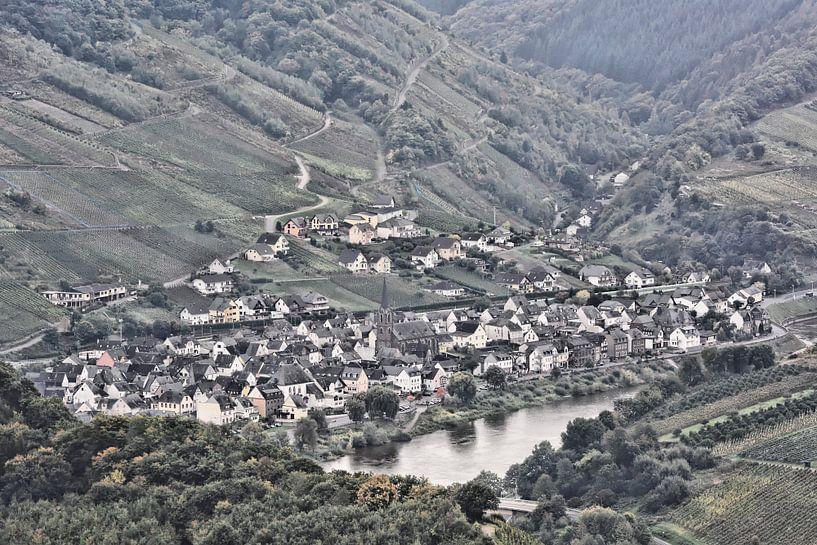 Picturesque Wine Village on the Moselle van Gisela Scheffbuch