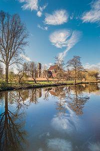 De Johannes de Doper kerk in Leeuwarden weerspiegeld in de Potmarge