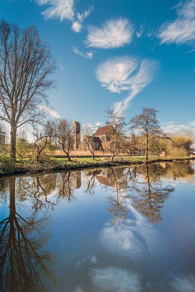 De Johannes de Doper kerk in Leeuwarden weerspiegeld in de Potmarge van Harrie Muis