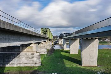 """Spoorbrug en fietsbrug """"De Maasover"""" bij Mook en Katwijk"""