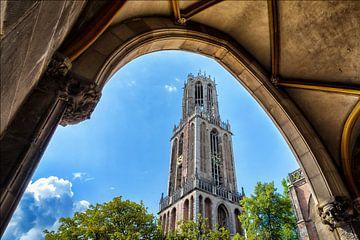 De Utrechtse Domtoren gezien vanonder de poort naar de pandhof. van Margreet van Beusichem