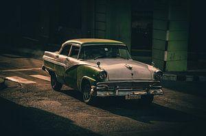 Oldtimer rijdt voorbij in Santiago de Cuba