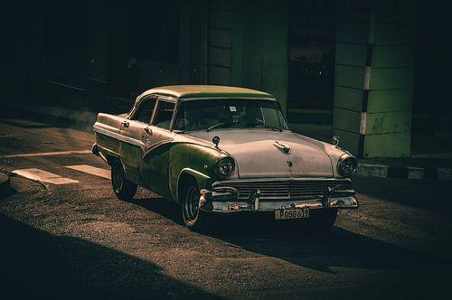 Oldtimer rijdt voorbij in Santiago de Cuba van Joris Pannemans - Loris Photography