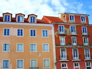 Terracotta gevels, Lissabon van Inge Hogenbijl