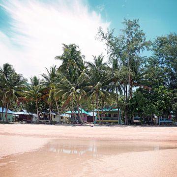 Kleurrijke strandhuisjes in Thailand van Studio Voorpret