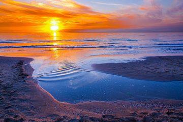 Oranje zonsondergang aan zee van Ben Schonewille