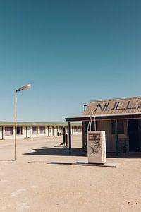 Retro tankstation langs de weg in Australie van Guido Boogert
