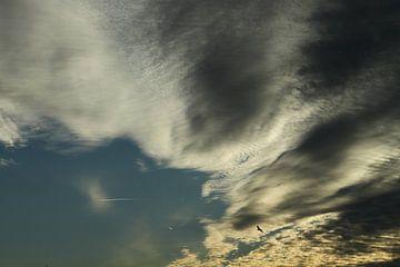Mooie Hollandse wolken met zonsondergang van Abra van Vossen