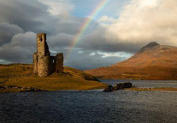 Château d'Ardvreck sur le Loch Assynt en Ecosse avec un bel arc-en-ciel sur Jos Pannekoek