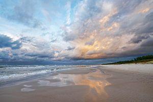 Strandblick mit farbigen Wolken und Spiegelung