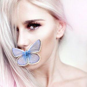 Vrouw met vlinder van Sarah Richter