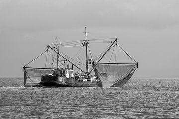 Schwarz-Weiß-Foto von Fischerboot auf See von Marco Leeggangers