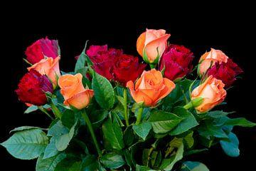 Een bos oranje met rode rozen op een zwarte achtergrond