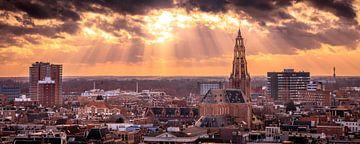 Een mooie avondlucht met zonsondergang boven skyline van Groningen. van Stad in beeld