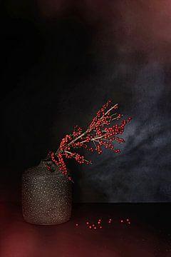 Minimalistisch  awarded Zen stilleven met rode bessen takken . van Saskia Dingemans