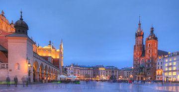 Marienkirche, Krakauer Tuchhallen bei Abenddämmerung , Krakau, Polen, Europa