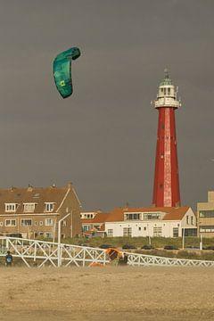 Vuurtoren Scheveningen met kitevlieger van Remco Swiers