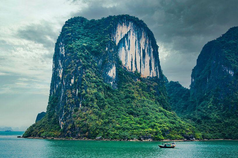 Rocher impressionnant dans la baie d'Halong avec un bateau de pêche, Vietnam sur Rietje Bulthuis