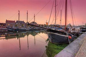 Historische zeilschepen in oude haven Hellevoetsluis na zonsondergang
