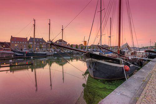 Historische zeilschepen in oude haven Hellevoetsluis na zonsondergang van