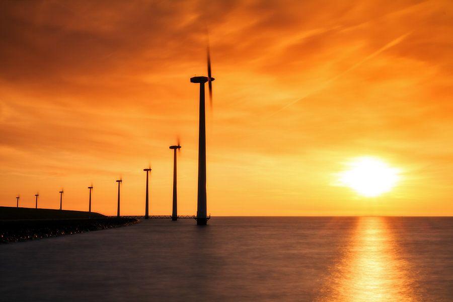 Vurige windmolens aan de dijk