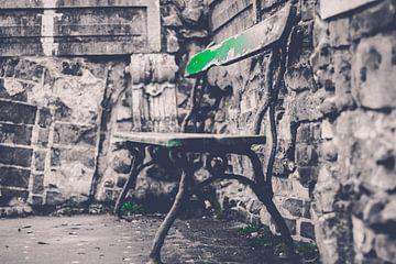 De tuinbankje met nog een likje groen van Petra Brouwer