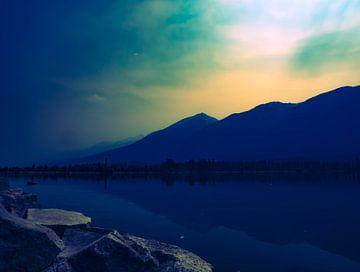 Uitzicht over een meer van Anke van Beurden