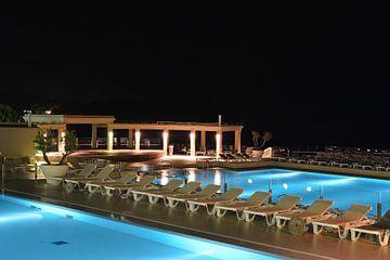 Zwembad van een badplaats in Pula aan de kust van de Adriatische Zee in Kroatië bij avond