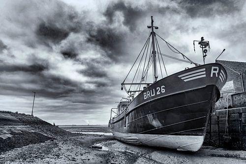Drooggevallen ship in de haven van Yerseke