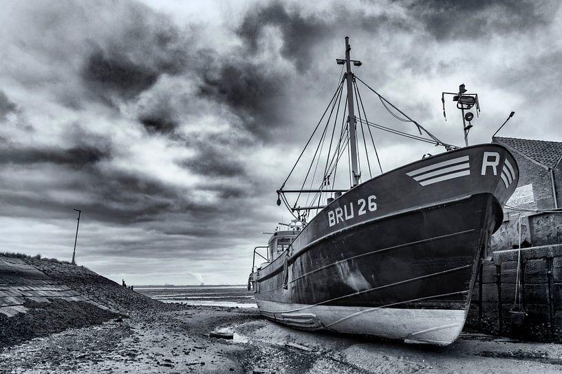 Drooggevallen ship in de haven van Yerseke van Ton de Koning