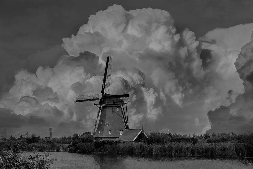 B/W Kinderdijk Mills, Kinderdijk, The Netherlands van Maarten Kost