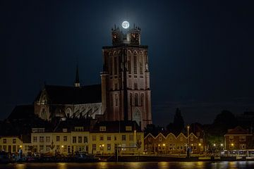 """Volle Maan als kroon op """"de Grote Kerk"""" Dordrecht van Patrick Blom"""