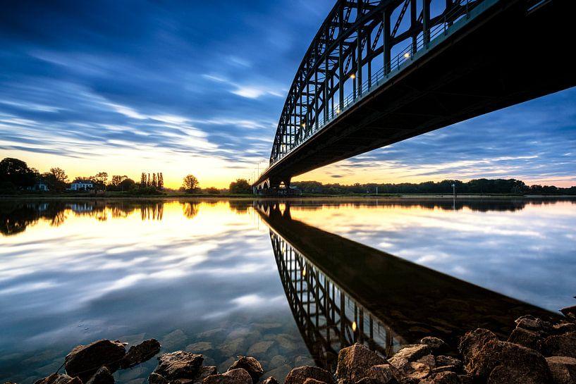 Spiegelde brug in de IJssel bij zonsopkomst van Fotografiecor .nl