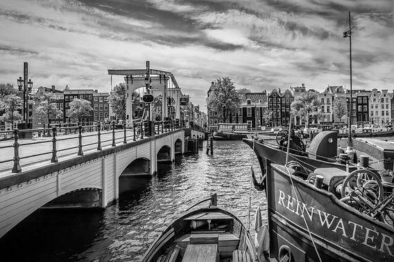 AMSTERDAM, Magere Brug | zwart-wit van Melanie Viola