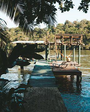 Aanlegsteiger (vlonder) in de rivier Rio Dulce voor het Round House Hostel in Guetamala van Michiel Dros