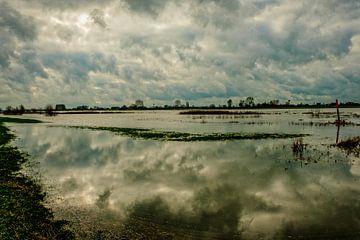 wolken weerspiegelen in de ondergelopen uiterwaarden van nol ploegmakers