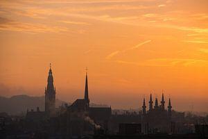 Sonnenaufgang über der Skyline von Leuven von Manuel Declerck