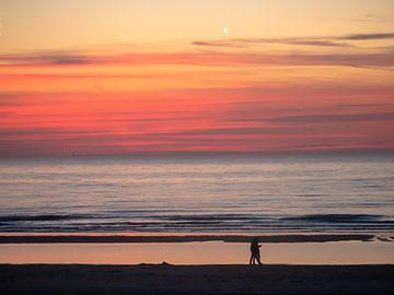 Koppel aan het strand bij zonsondergang von Matthijs Noordeloos