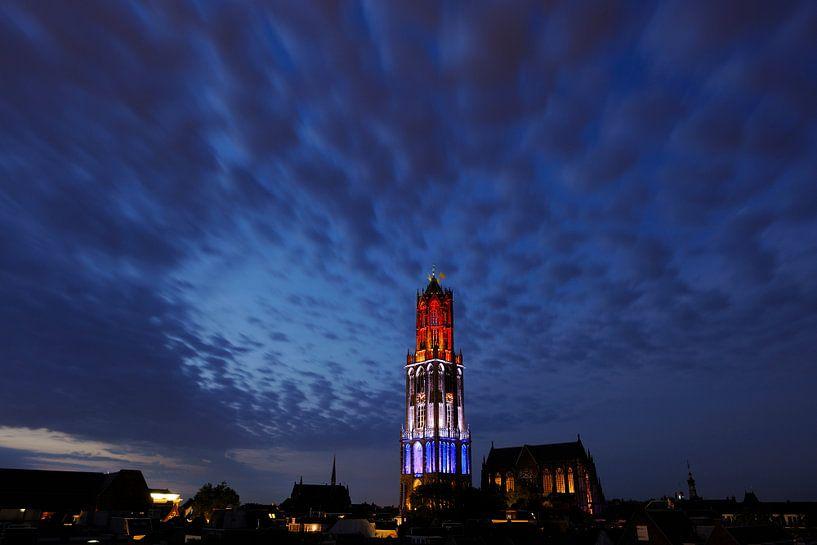 Stadsgezicht van Utrecht met rood-wit-blauwe Domtoren tijdens de start van de Tour de France sur Donker Utrecht