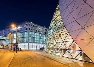 Iconic Blob bâtiment centre-ville d'Eindhoven au crépuscule 3 sur Tony Vingerhoets