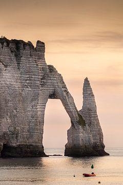 De typische krijtrotsen van Etretat (Frankrijk) bij zonsondergang. van Alain Versluys