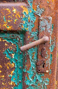 Urbex - Detail van oude roestige deur van Photo Henk van Dijk