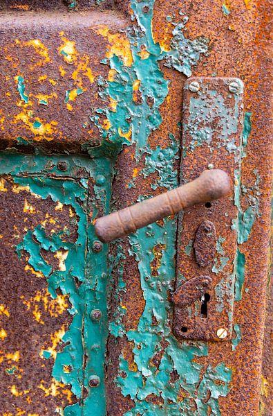 Urbex - Détail d'une vieille porte rouillée sur Photo Henk van Dijk