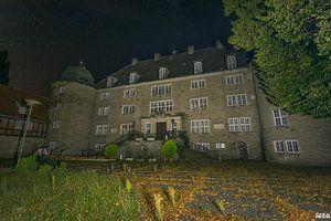 Nachtaufnahme eines verlassenen Schlosses.