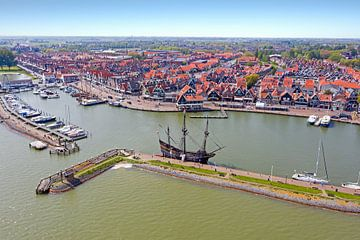 Luftaufnahme des Hafens und der historischen Stadt Volendam in den Niederlanden von Nisangha Masselink