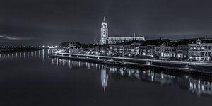 Deventer Skyline met Lebuïnuskerk in de avond - zwart-wit - 2