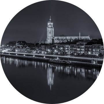 Deventer Skyline met Lebuïnuskerk in de avond - zwart-wit - 2 van Tux Photography