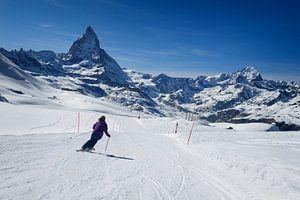 Skiër aan het skiën op de piste naar de Matterhorn in Zwitserland