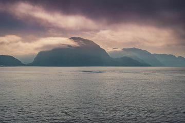Berge im Nebel von Evy De Wit